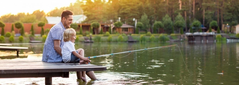 man zit met zijn zoon te vissen