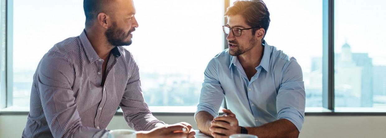 Meeting van twee mannen aan tafel